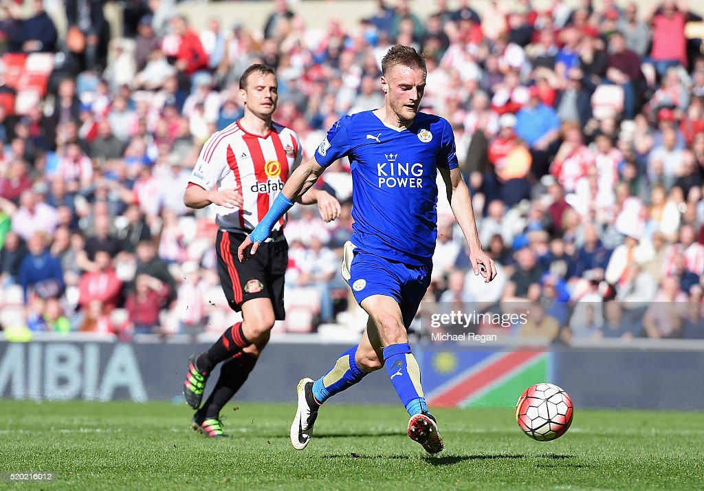 Jamie Vardy of Leicester City scores their second goal during the Barclays Premier League match between Sunderland and Leicester City at the Stadium of Light on April 10, 2016 in Sunderland, England.