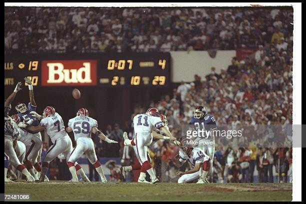 Kicker Scott Norwood of the Buffalo Bills misses a 47yard field goal wide right at the end of regulation during Super Bowl XXV against the New York...