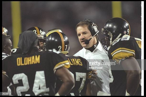 Pittsburgh Steelers head coach Bill Cowher confers with his team during Super Bowl XXX against the Dallas Cowboys at Sun Devil Stadium in Tempe...