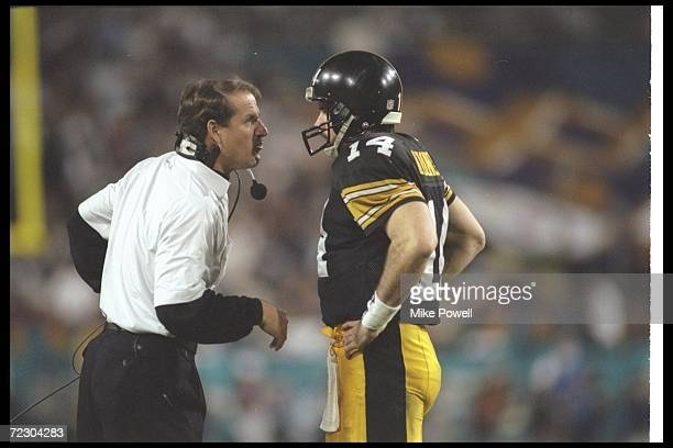 Pittsburgh Steelers head coach Bill Cowher confers with quarterback Neil O'Donnell during Super Bowl XXX against the Dallas Cowboys at Sun Devil...
