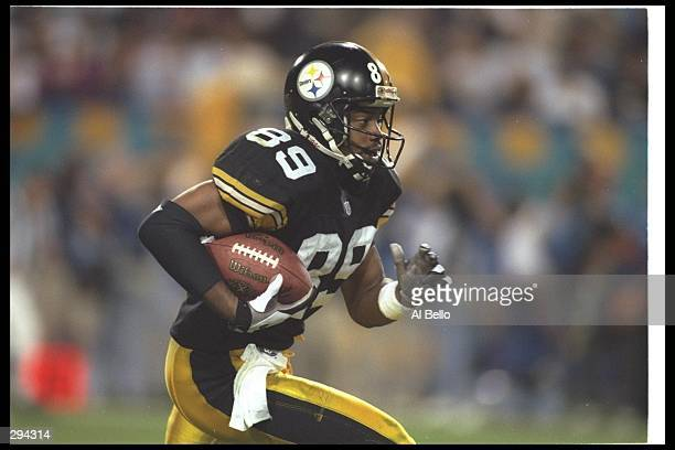 Wide receiver Ernie Mills on the Pittsburgh Steelers runs down the field during Super Bowl XXX against the Dallas Cowboys at Sun Devil Stadium in...
