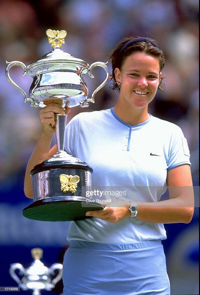 ¿Cuánto mide Lindsay Davenport? Jan-2000-lindsay-davenport-of-the-usa-holds-the-australian-open-her-picture-id1213059