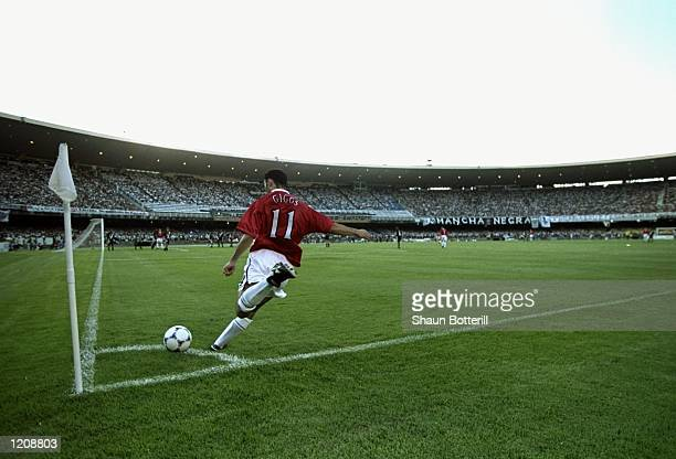 Ryan Giggs of Manchester United takes a corner kick during the World Club Championship match against Vasco de Gama played at the Maracana Stadium in...