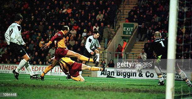 Ryan Giggs of Manchester United scores during the match between Bradford City v Manchester United in the FA Carling Premiership at Valley Parade...