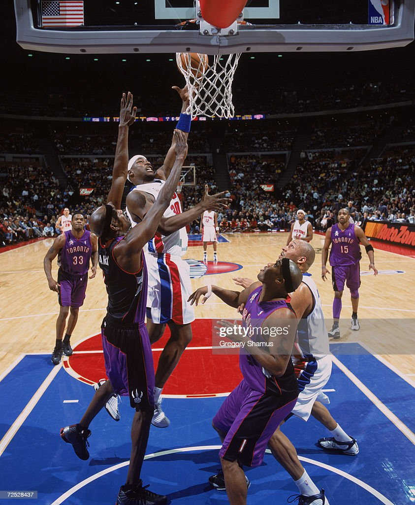 Clifford Robinson 30 of the Detroit Pistons shoots
