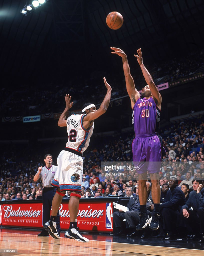 Dell Curry shoots over Rodney Buford