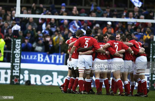 Llanelli team huddle during the Heineken Cup quarter final game between Bath and Llanelli at the Recreation Ground in Bath DIGITAL IMAGE Mandatory...