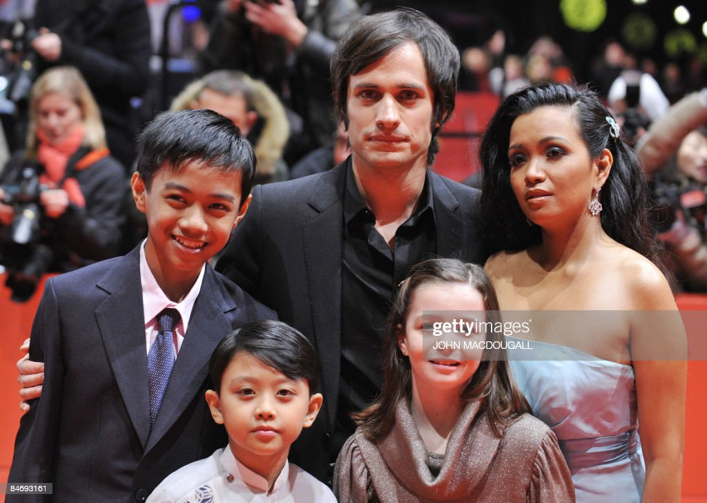 Jan Nicdao, Martin Delos Santos, Mexican actor Gael Garcia Bernal, actress Sophie Nyweide and Filipina actress Marife Necesito pose on the red carpet ahead of the premiere of the film 'Mammoth' by Swedish director Lukas Moodysson and presented in competition at the 59th Berlinale Film Festival in Berlin February 8, 2009. The Berlinale is taking place from February 5 to 15, 2009 with 18 productions vying for the coveted Golden Bear for best picture to be awarded February 14.