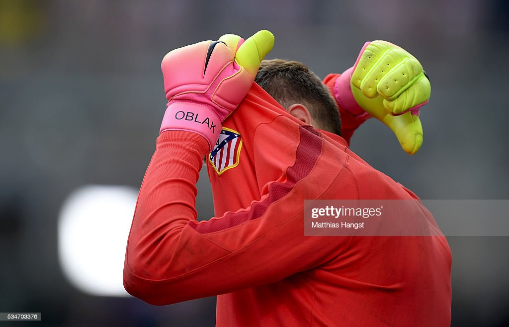 <a gi-track='captionPersonalityLinkClicked' href=/galleries/search?phrase=Jan+Oblak&family=editorial&specificpeople=8900856 ng-click='$event.stopPropagation()'>Jan Oblak</a> of Atletico Madrid hdies his face during an Atletico de Madrid training session on the eve of the UEFA Champions League Final against Real Madrid at Stadio Giuseppe Meazza on May 27, 2016 in Milan, Italy.