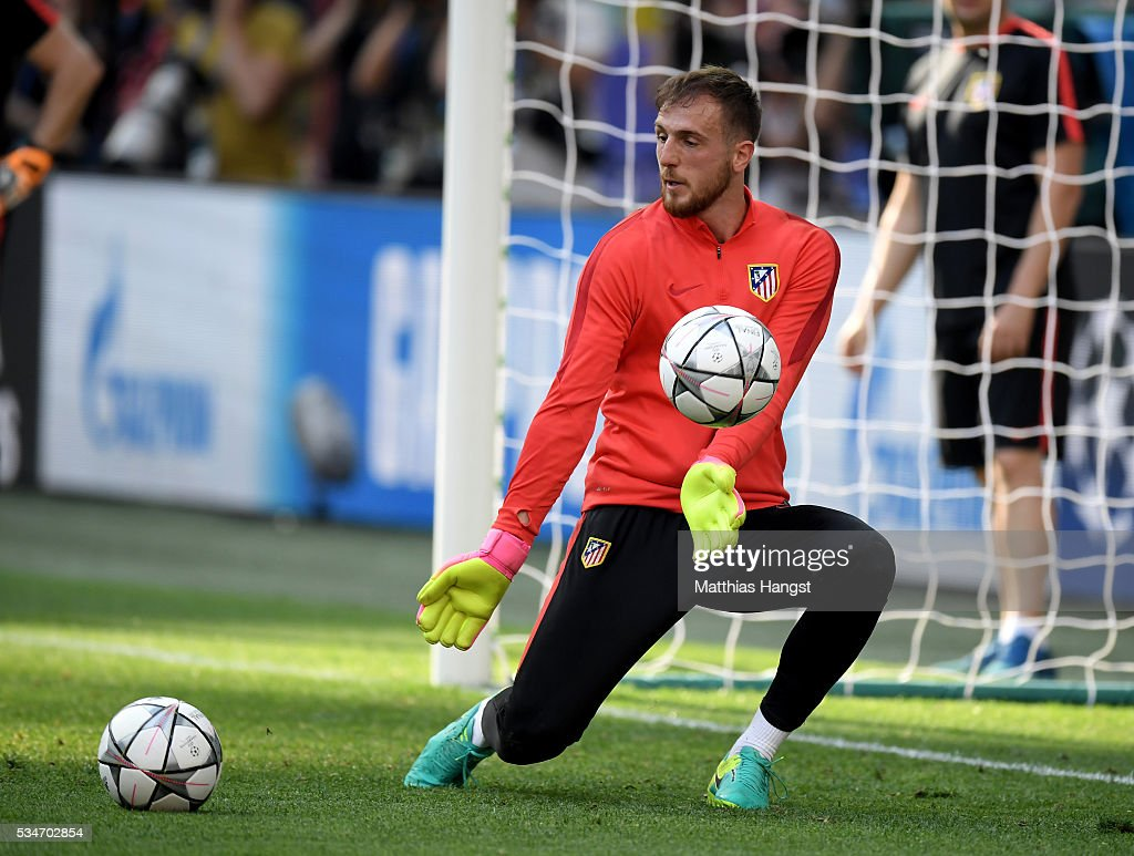 <a gi-track='captionPersonalityLinkClicked' href=/galleries/search?phrase=Jan+Oblak&family=editorial&specificpeople=8900856 ng-click='$event.stopPropagation()'>Jan Oblak</a> of Atletico Madrid makes a save during an Atletico de Madrid training session on the eve of the UEFA Champions League Final against Real Madrid at Stadio Giuseppe Meazza on May 27, 2016 in Milan, Italy.