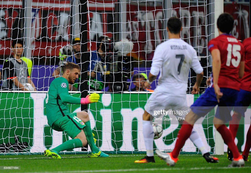 <a gi-track='captionPersonalityLinkClicked' href=/galleries/search?phrase=Jan+Oblak&family=editorial&specificpeople=8900856 ng-click='$event.stopPropagation()'>Jan Oblak</a> of Atletico Madrid makes a save during the UEFA Champions League Final between Real Madrid and Club Atletico de Madrid at Stadio Giuseppe Meazza on May 28, 2016 in Milan, Italy.