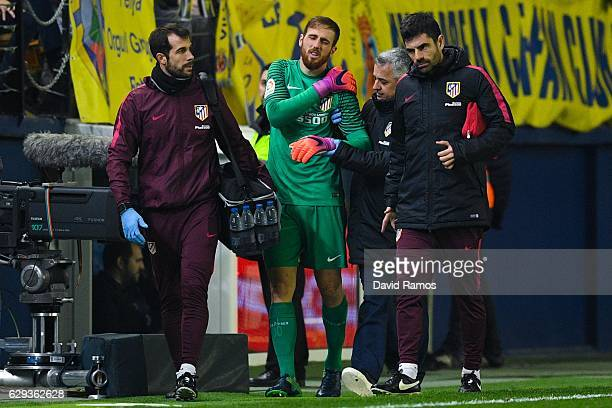 Jan Oblak of Club Atletico de Madrid walks injured off the pitch during the La Liga match between Villarreal CF and Club Atletico de Madrid at El...