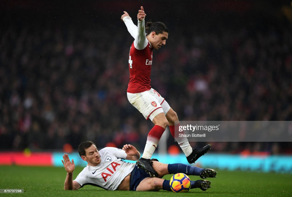 Jan Vertonghen of Tottenham Hotspur ta Hector Bellerin of Arsenal during the Premier League match between Arsenal and Tottenham Hotspur at Emirates Stadium on November 18, 2017 in London, England.