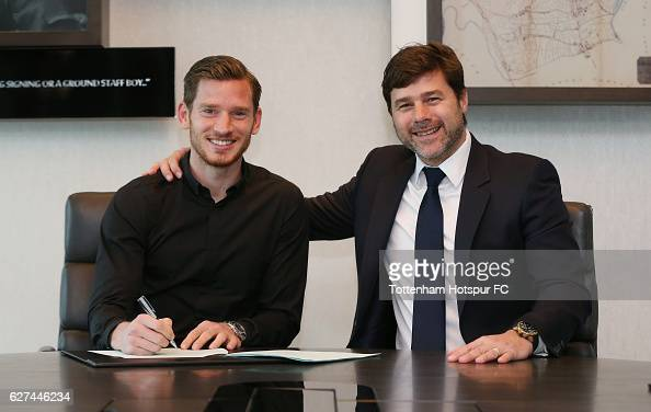 Jan Vertonghen poses with Mauricio Pochettino after signing a new contract on December 2 2016 in Enfield England