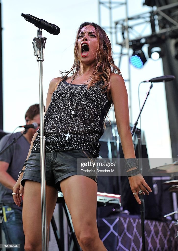 <a gi-track='captionPersonalityLinkClicked' href=/galleries/search?phrase=Jana+Kramer&family=editorial&specificpeople=569861 ng-click='$event.stopPropagation()'>Jana Kramer</a> performs during the Rodney Atkins 4th Annual Music City Gives Back on June 3, 2014 in Nashville, Tennessee.