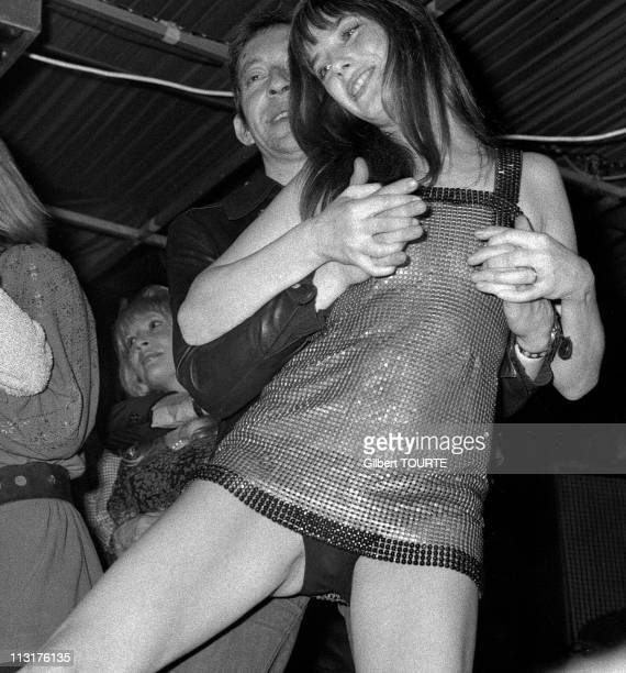 Jane Birkin and Serge Gainsbourg dance together in 1972 in France