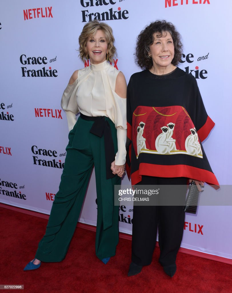 Jane Fonda (L) and Lily Tomlin (R) attend the Season 2 Premiere of Grace and Frankie, in Los Angeles, California, on May 1, 2016. / AFP / CHRIS