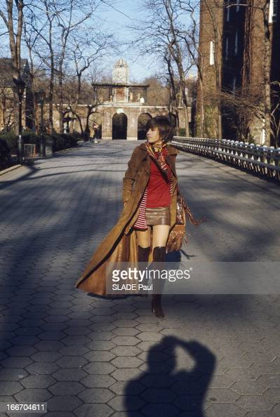 Jane Fonda Walking In Central Park In New York Jane FONDA se promène à Central Park à NEW YORK en minijupe et manteau long une copie en daim du...