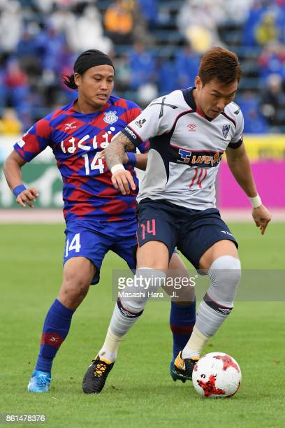 Jang Hyun Soo of FC Tokyo and Yusuke Tanaka of Ventforet Kofu compete for the ball during the JLeague J1 match between Ventforet Kofu and FC Tokyo at...