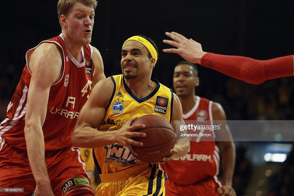 JanHendrik Jagla of Muenchen and DaShaun Wood of Berlin fight for the ball during the Beko Basketball match between FC Bayern Muenchen and Alba...