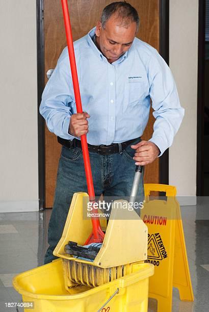 Homme de nettoyage et entretien de toilette d'étage