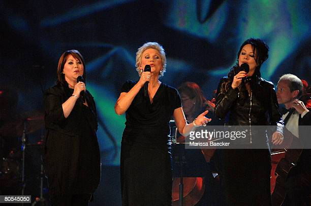Jann Arden Anne Murray and Sarah Brightman perform during the 2008 Juno Awards on April 6 2008 at the Pengrowth Saddledome in Calgary Canada