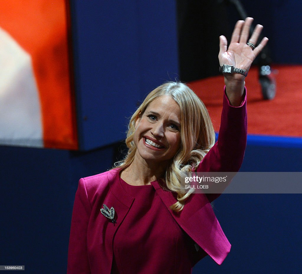 Janna Ryan, wife of Republican vice presidential candidate Paul Ryan, waves prior to the vice presidential debate at the Norton Center at Centre College in Danville, Kentucky, October 10, 2012, moderated by Martha Raddatz of ABC News. AFP PHOTO / Saul LOEB