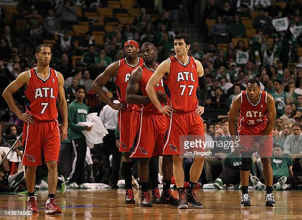 Jannero Pargo Ivan Johnson Erick Dampier Vladimir Radmanovic and Willie Green of the Atlanta Hawks head onto the court after a timeout in the second...