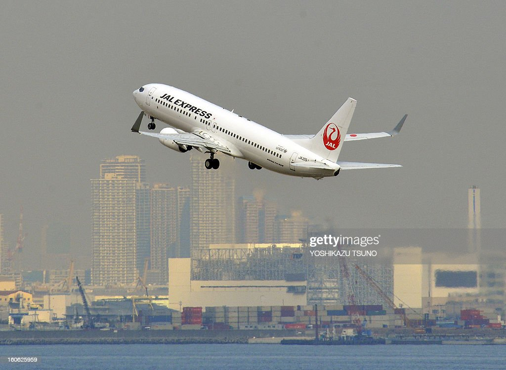 A Japan Airlines (JAL) Boeing 737-800 series jet liner takes off from Tokyo's Haneda airport on February 4, 2013. JAL said that its net profit in the nine months to December slipped 3.7 percent to 1.52 billion USD, but the carrier boosted its full-year profit estimate. JAL and rival All Nippon Airways (ANA) have been hit by the worldwide grounding of Boeing's Dreamliner following an emergency landing by an ANA domestic flight earlier this month. AFP PHOTO / Yoshikazu TSUNO