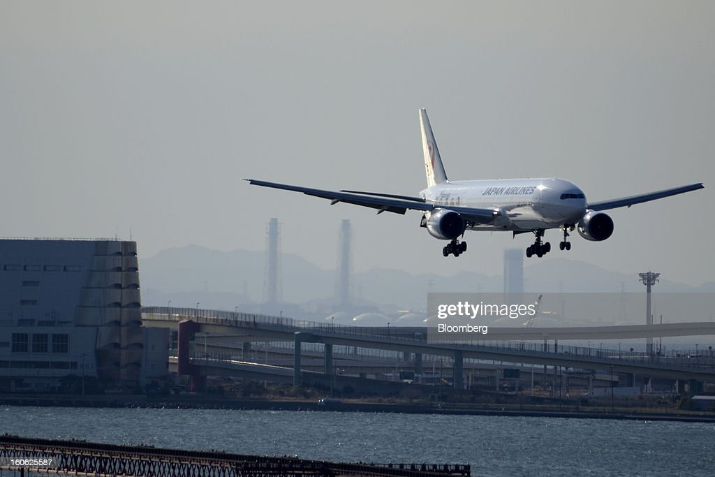 A Japan Airlines Co. (JAL) aircraft approaches to land at Haneda Airport in Tokyo, Japan, on Sunday, Feb. 3, 2013. Japan Airlines, the nation's largest carrier by market value, is scheduled to release earnings on Feb. 4. Photographer: Akio Kon/Bloomberg via Getty Images