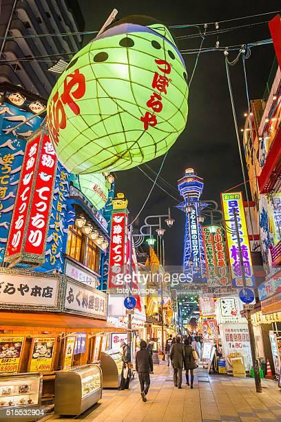 日本の華やかなネオン照明の活気あるナイトライフの 新世界 通天閣オサカ