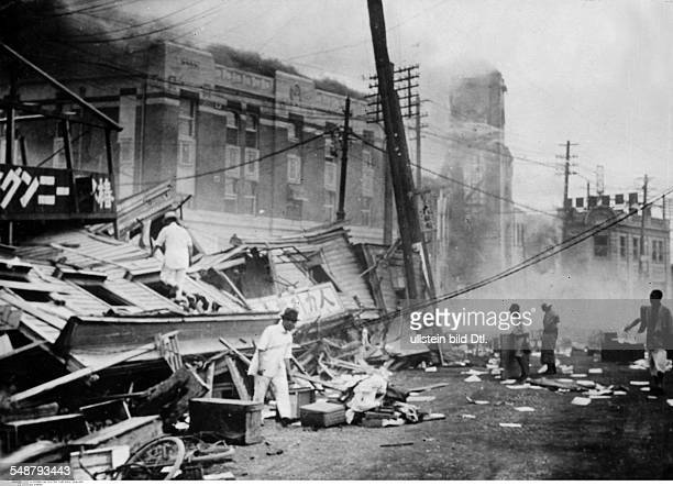 Japan Honshu Tokyo Great Kanto Earthquake 1923 Looking for survivors in a collapsed office building Vintage property of ullstein bild