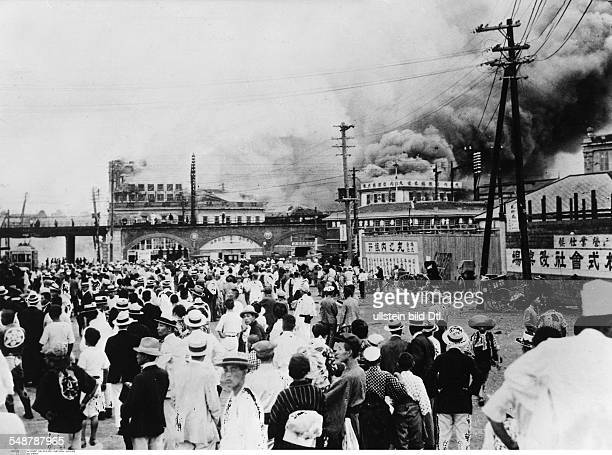 Great Kanto Earthquake 1923 People on the street and houses burning after the quake Vintage property of ullstein bild