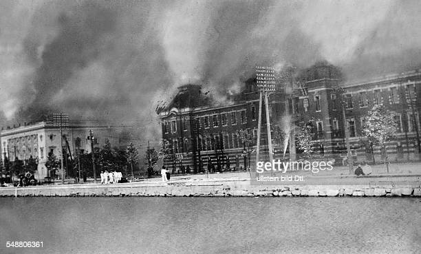Japan Honshu Tokyo Great Kanto Earthquake 1923 The police building and the Imperial Theater catching fire Vintage property of ullstein bild