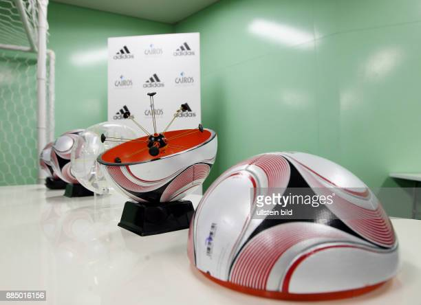 Japan Honshu Yokohama Fussball International FIFA Club WM Japan 2007 Pressekonferenz mit Praesentation des neuen Spielball Adidas Teamgeist 2 mit...