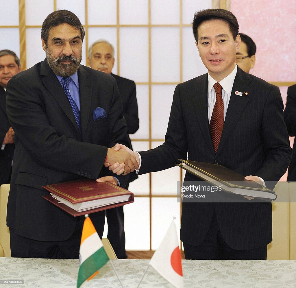 TOKYO Japan Japanese Foreign Minister Seiji Maehara and Indian Commerce and Industry Minister Anand Sharma shake hands after signing a bilateral free...
