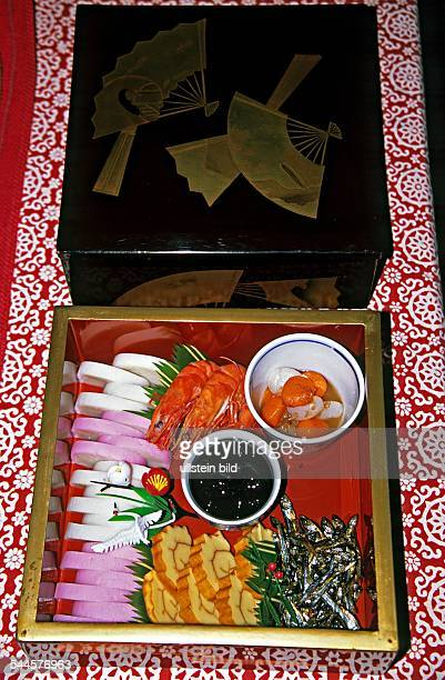 Japanisches Neujahrsgericht Osechi verschiedene Speisen präsentiert in einer Schachtel