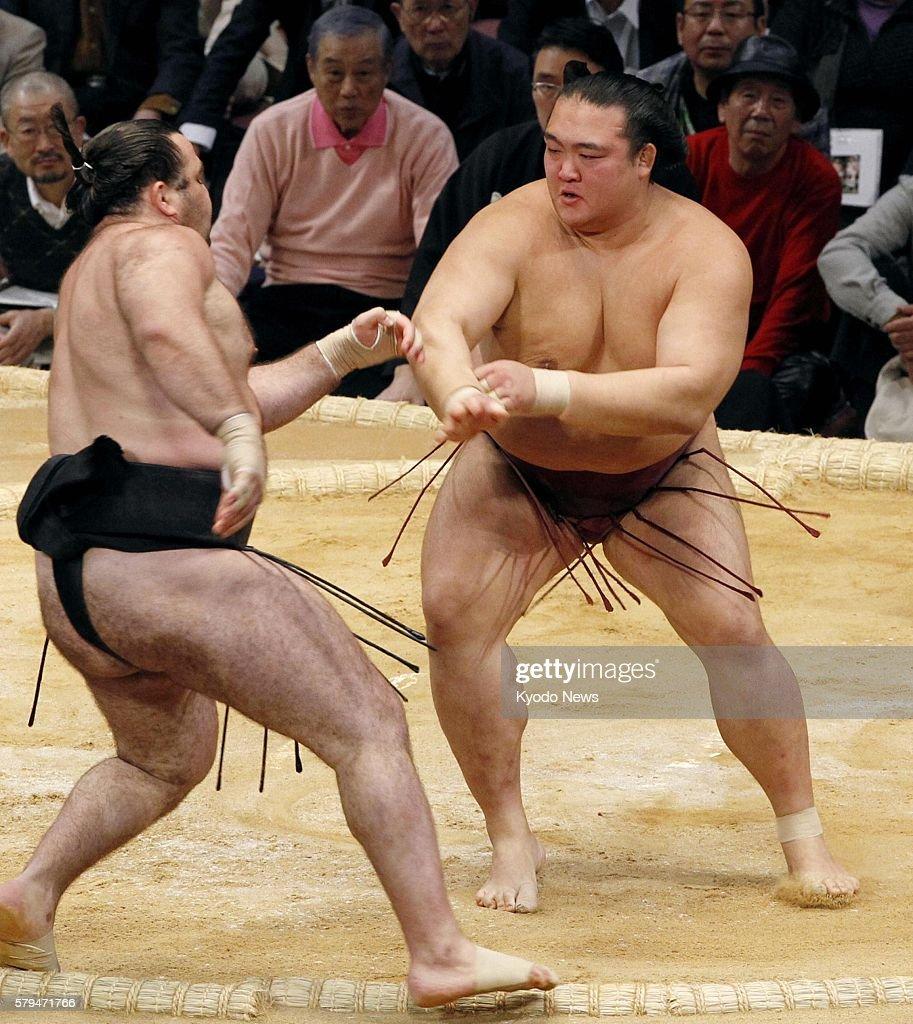 FUKUOKA Japan Kisenosato beats Aran with a frontal thrustout during the Kyushu Grand Sumo Tournament at Fukuoka Kokusai Center in Fukuoka...