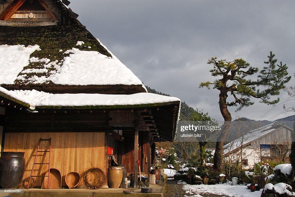 strohgedecktes haus in dem idyllischen dorf miyama im winter - Haus Japan