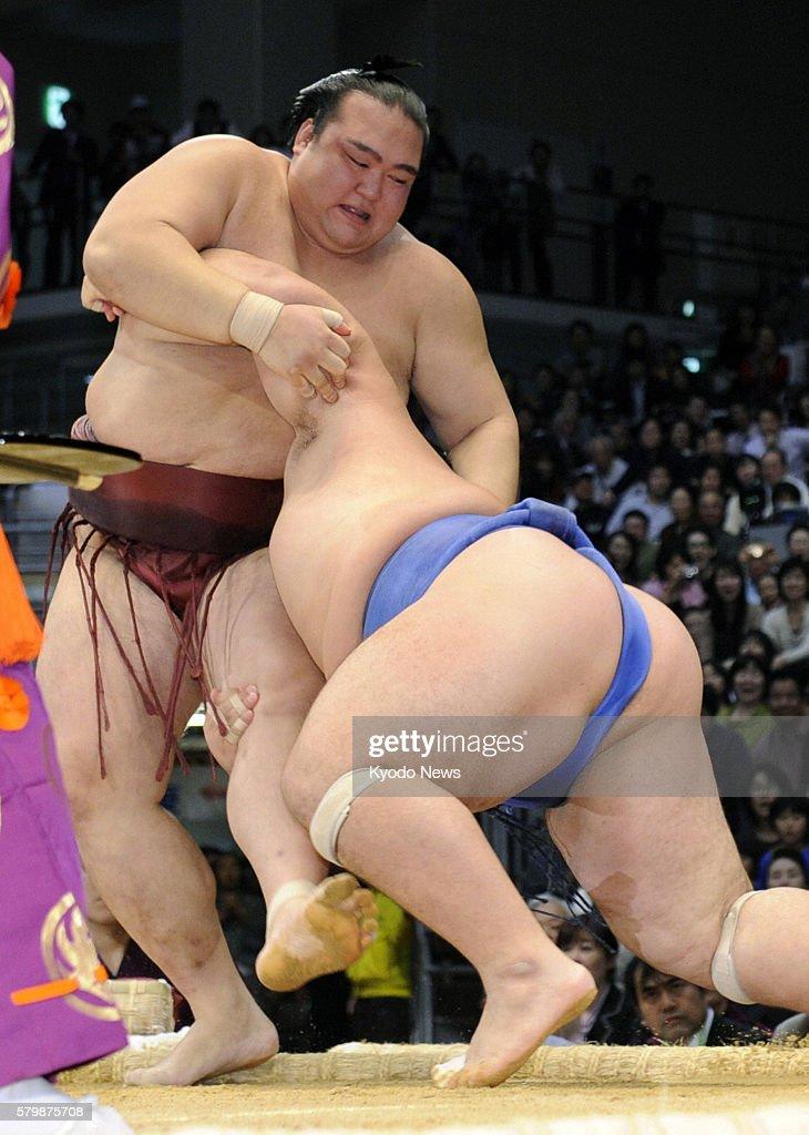 FUKUOKA Japan Sekiwake Kisenosato steps out of the ring losing to ozeki Kotoshogiku on the final day of the 15day Kyushu Grand Sumo Tournament in...