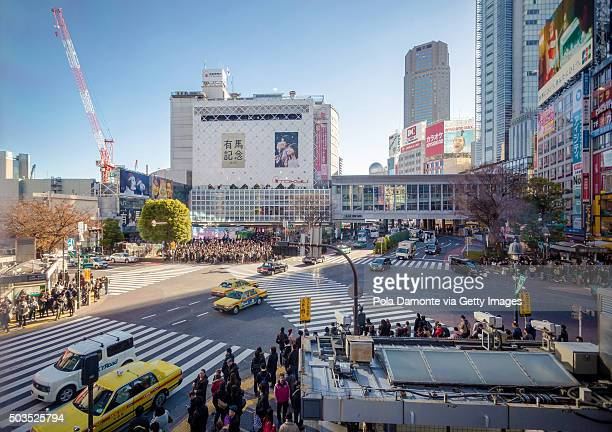 Japan, Tokyo, pedestrians waiting on Shibuya crossing, elevated view