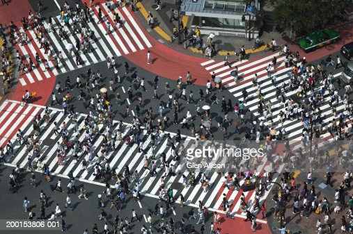 Japan, Tokyo, Shibuya, pedestrians crossing street, elevated view : Stockfoto