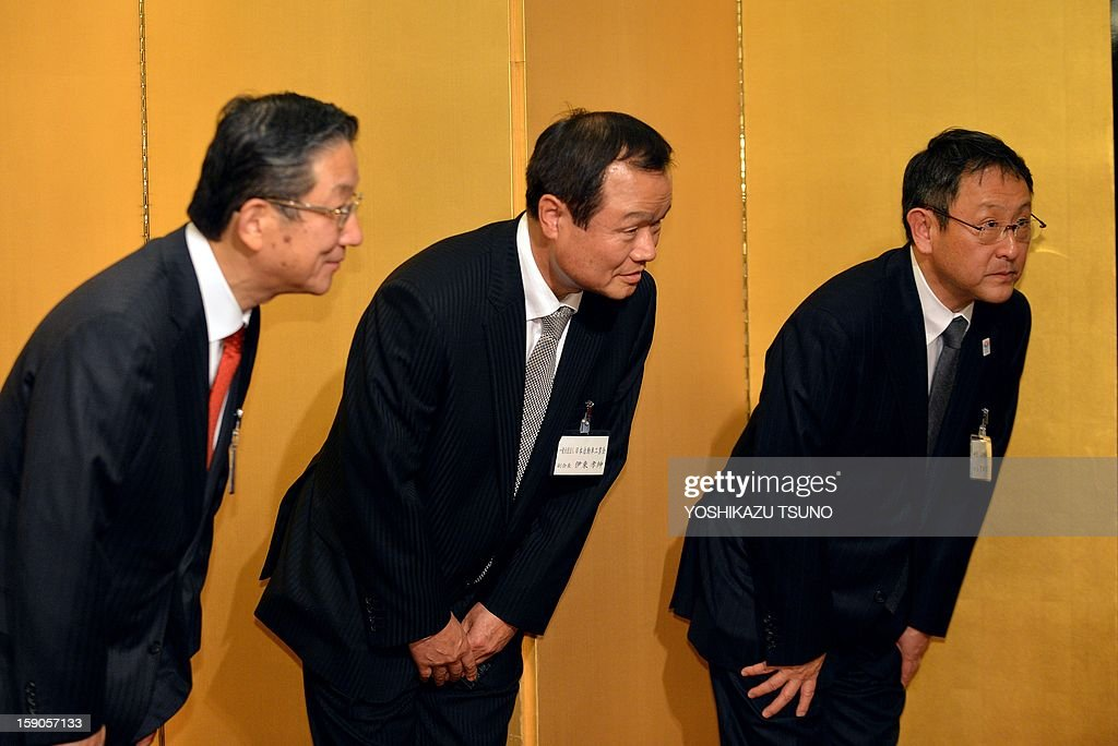 Japanese auto maker presidents (R-L) Toyota Motor's Akio Toyoda, Honda Motor's Takanobu Ito and Nissan Motor's Toshiyuki Shiga bow their heads to greet guests at the Japan Automobile Manufactures Association's (JAMA) New Year's party in Tokyo on January 7, 2013. The number of vehicles sold in Japan last year jumped 26.1 percent from 2011, when the auto industry was pummelled by the quake-tsunami disaster. AFP PHOTO / Yoshikazu TSUNO
