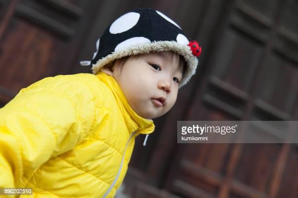 日本の赤ちゃんの黄色のジャケットの女の子
