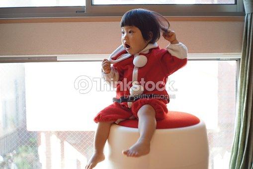 31357da84116 Japonês Bebé Menina Com O Pai Natal De Disfarce Foto de stock ...
