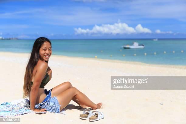日本の少女と青い海をビーチします。