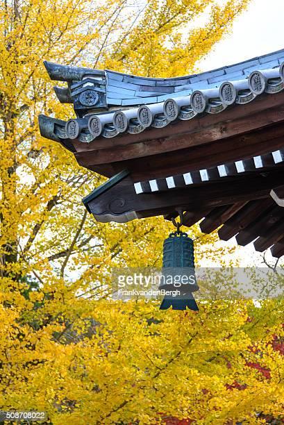 日本のベルアゲインスト秋の紅葉