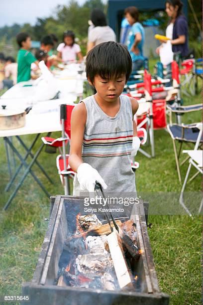 日本の少年準備暖炉