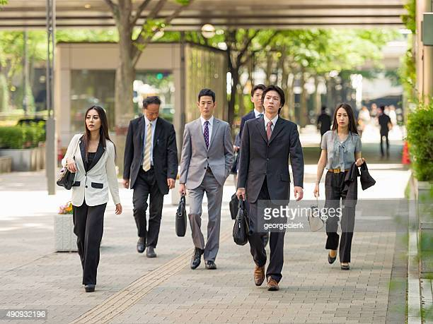 東京で日本のビジネスの通勤者