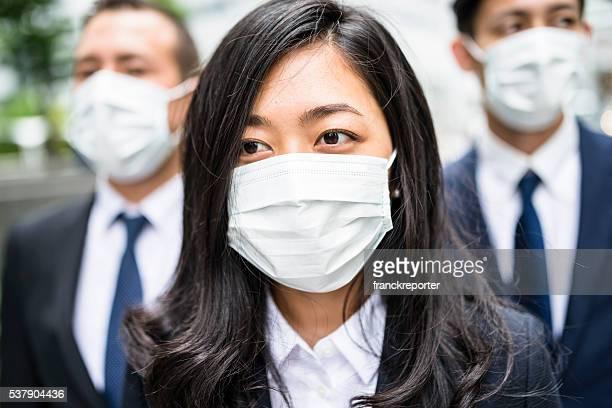 Homme d'affaires japonais avec masque anti-pollution à Tokyo